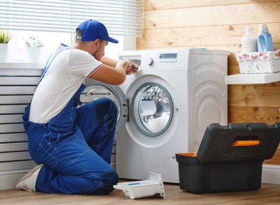 elektricien installeert wasmachine